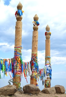 Koppelpalen met linten van sjamanistische religie op khuzhir-eiland olkhon