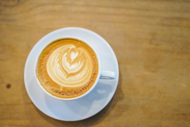 Koppen van hete latte kunst op houten lijstachtergrond, hoogste mening.