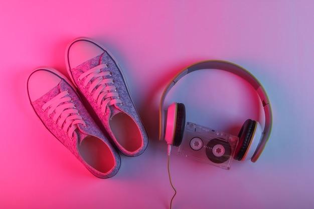 Koptelefoon, audiocassette en sneakers