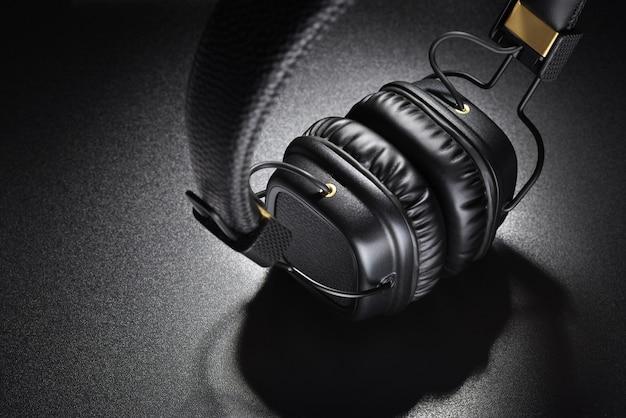 Koptelefoon. draadloze zwarte oortelefoons voor op het oor op een donkere leisteenachtergrond
