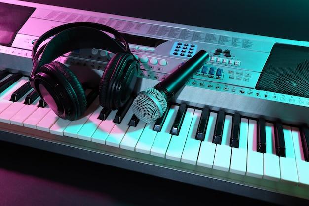 Koptelefoon met microfoon op synthesizer close-up