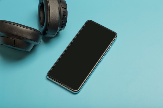 Koptelefoon met smartphone mock-up audio-hoofdtelefoon op een gekleurde neonachtergrond