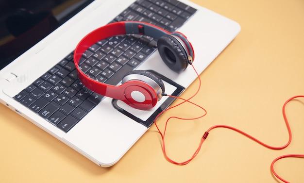 Koptelefoon op het toetsenbord van de laptopcomputer.