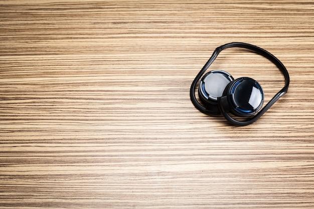 Koptelefoon op houten achtergrond