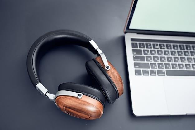 Koptelefoon op tafel laptoptechnologie