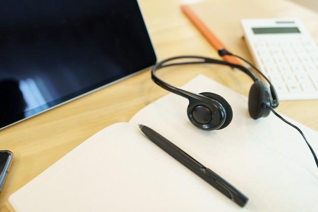 Koptelefoons en schoolbenodigdheden teleconferentie met behulp van les online cursus communiceren