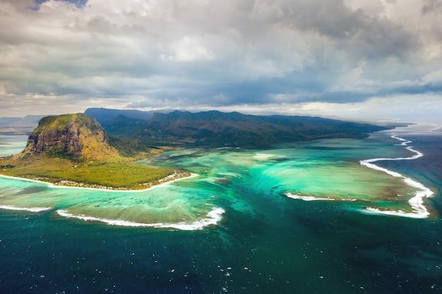 Koraalrif van het eiland mauritius. storm wolk.