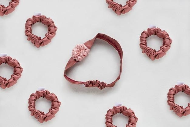 Koraalroze haaraccessoires met roze textielzijde op witte achtergrond