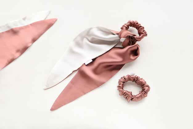 Koraalroze zijden haar scrunchy voor meisjes op wit met elastische haarbanden van textiel
