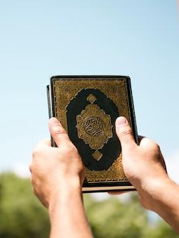 Koran die in de lucht wordt gehouden