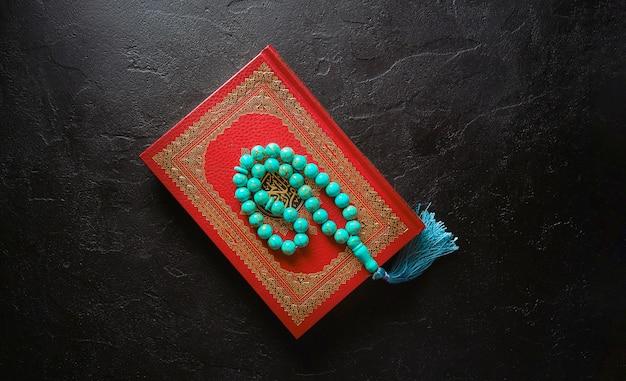 Koran en rozenkrans kralen geïsoleerd op zwart
