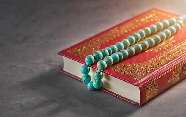 Koran en rozenkrans kralen in het zonlicht