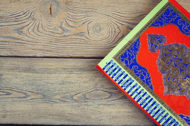 Koran heilig boek van moslims, openbaar item van alle moslims op de tafel