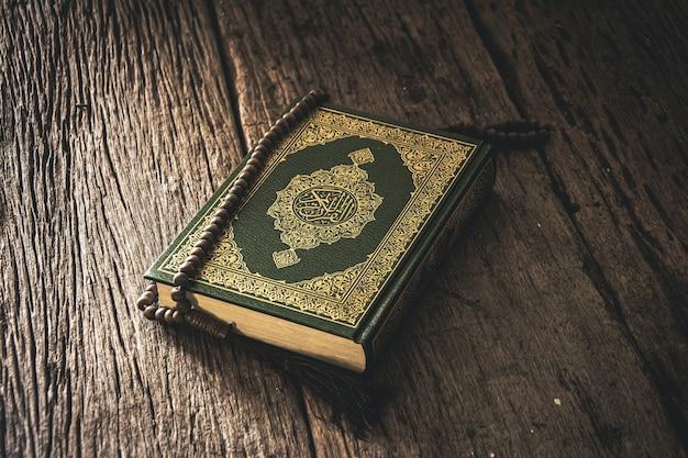 Koran - heilig boek van moslims openbaar item van alle moslims op tafel, stilleven.
