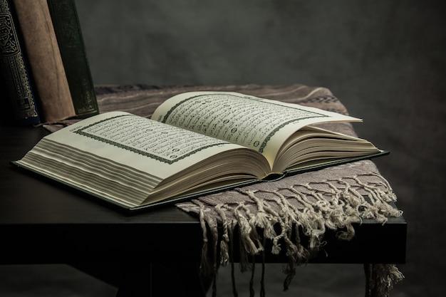 Koran - heilig boek van moslims (openbaar item van alle moslims) op tafel