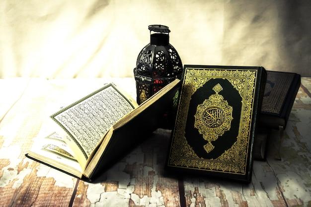 Koran - heilig boek van moslims (openbare punt van alle moslims) op de tafel, stilleven