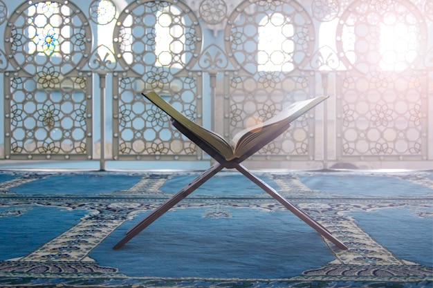 Koran - heilig boek van moslims, scène in de moskee