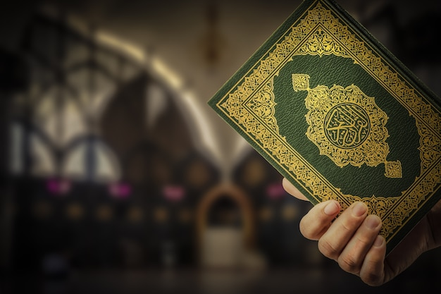 Koran in de hand - heilig boek van moslims
