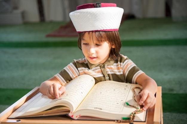 Koran van de jongenslezing in moskee