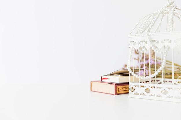 Koranboek en kooi met kralen
