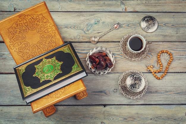 Koranboek met dadels en koffiekopje