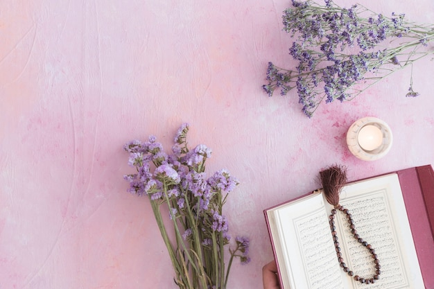 Koranboek met paarse bloemen