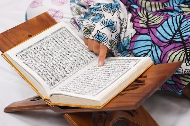 Koranverzen die worden gelezen geïsoleerd op een witte achtergrond