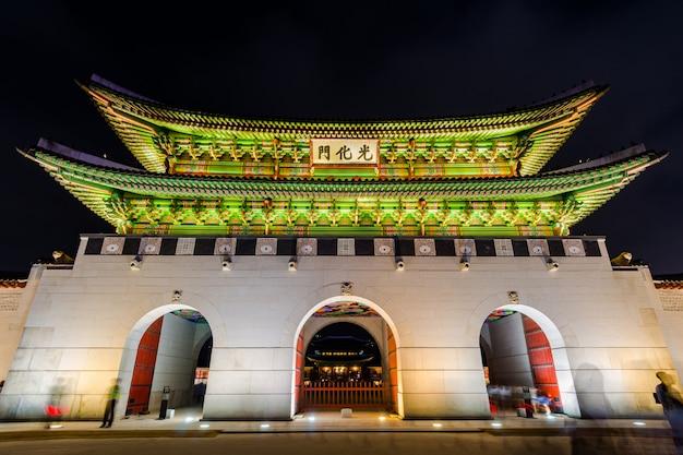 Korea, gyeongbokgung-paleis bij nacht in seoel, zuid-korea.