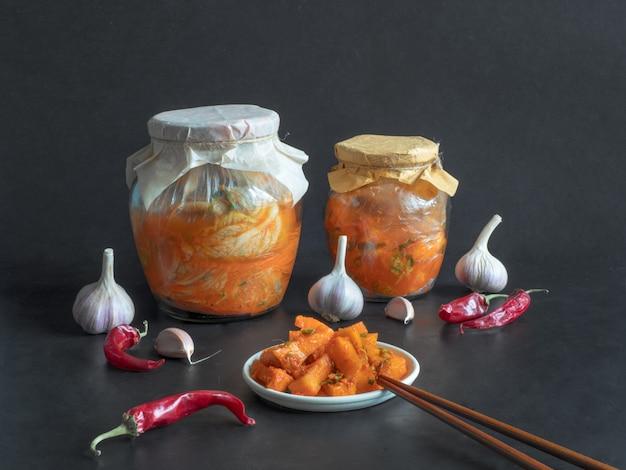 Korea kimchi pompoen augurken op een zwarte tafel.