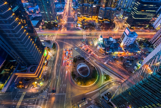 Korea, nachtverkeer versnelt door een kruispunt in seoul, korea.
