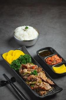 Koreaans eten bulgogi of gemarineerde rundvleesbarbecue klaar om te serveren