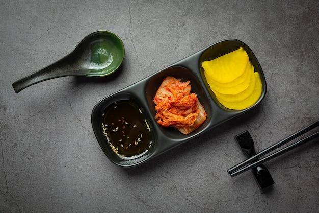 Koreaans eten; jeyuk bokkeum of gebakken varkensvlees in koreaanse saus