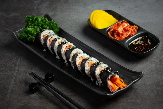 Koreaans eten, kim bap - gestoomde rijst met groenten in zeewier.