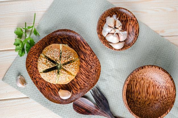 Koreaans knoflookbrood op houten plaat met knoflook houten oppervlak