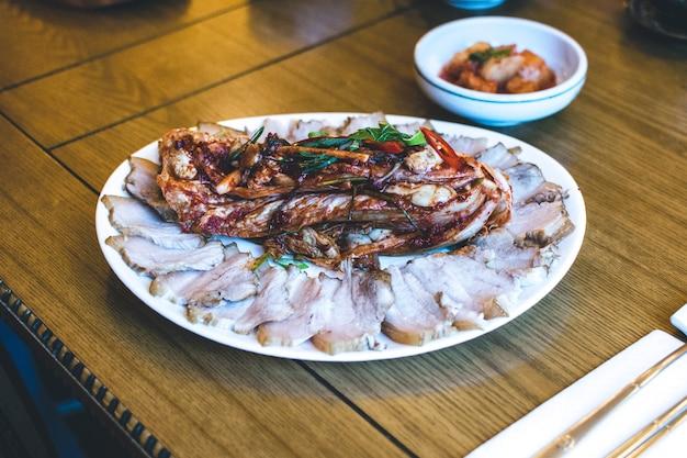Koreaans varkensborststuk met gefermenteerde kimchi