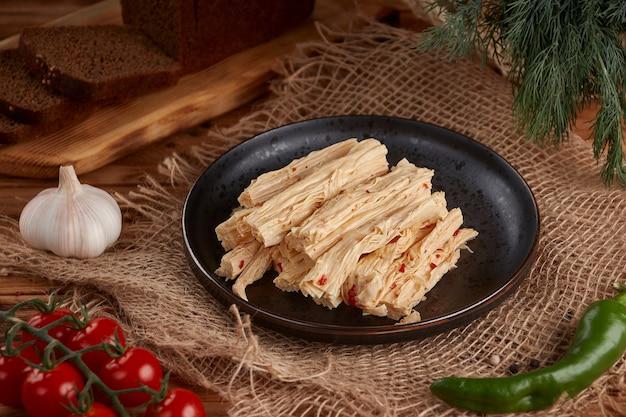 Koreaanse asperges op houten