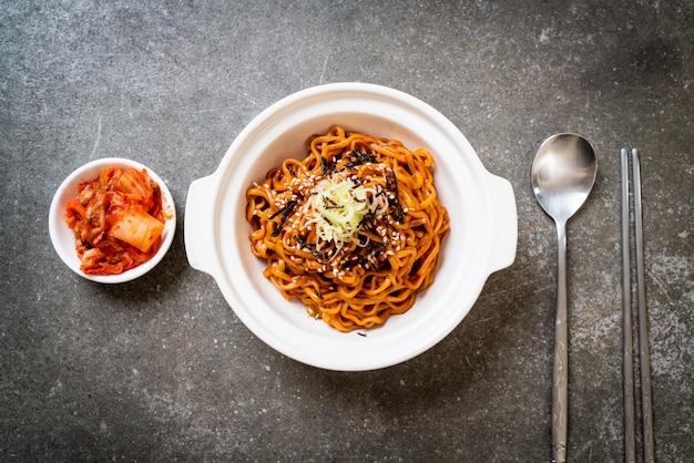 Koreaanse hete en kruidige instantnoedel met kimchi