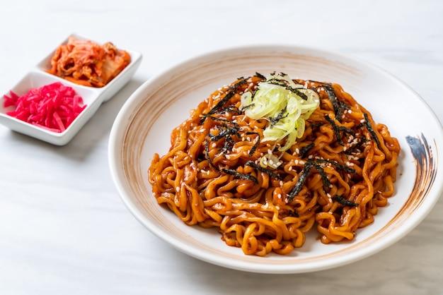Koreaanse hete en pittige instant noodle met kimchi