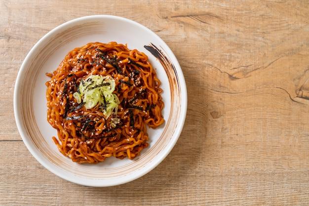 Koreaanse hete en pittige instantnoedel met kimchi