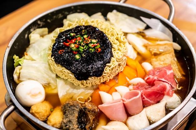 Koreaanse hete pot 'budae jjigae' is koreaans fusionvoer en heeft een amerikaanse stijl met noedels, ham, worstjes en kimchi.
