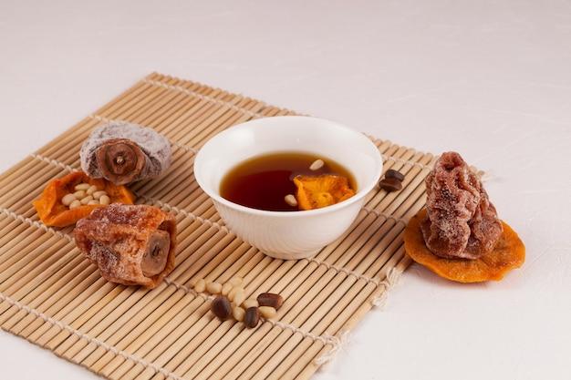 Koreaanse ijsthee met fruit of gekoelde punch