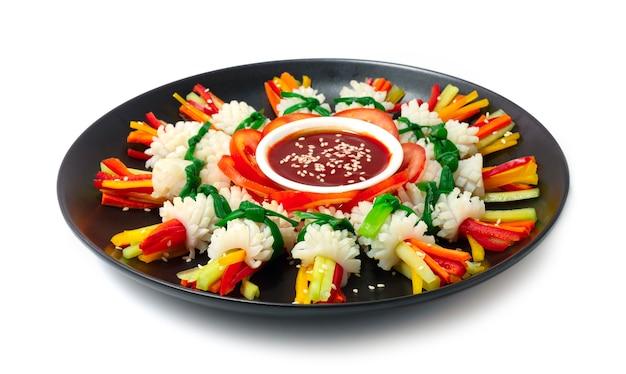 Koreaanse inktvissalade nakji koude salade koreaans eten voorgerecht stijl versieren groenten zijaanzicht