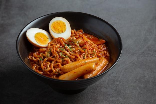 Koreaanse instant noedels en tteokbokki in koreaanse pittige saus, oud eten