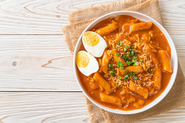 Koreaanse instant noedels en tteokbokki in koreaanse pittige saus, rabokki - korean food style