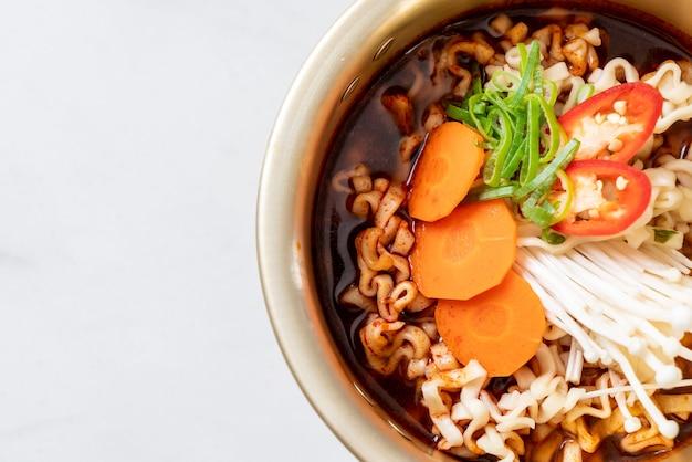 Koreaanse instant noedels in gouden pot