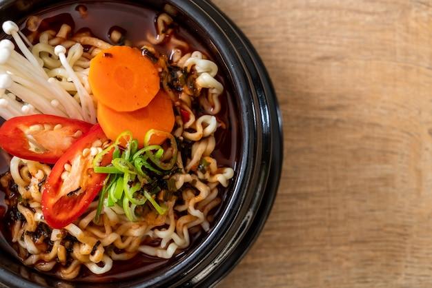 Koreaanse instant noedels in zwarte kom