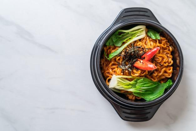 Koreaanse instant noedels met groente en kimchi, koreaanse voedselstijl
