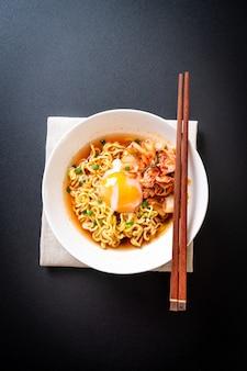 Koreaanse instant noedels met kimchi en ei