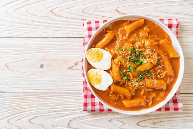 Koreaanse instantnoedel en tteokbokki in koreaanse pittige saus, rabokki - koreaanse eetstijl