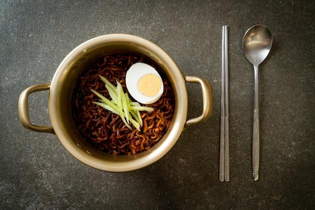 Koreaanse instantnoedel met zwarte bonensaus, komkommer en gekookt ei (jajangmyeon of jjajangmyeon) - koreaans eten